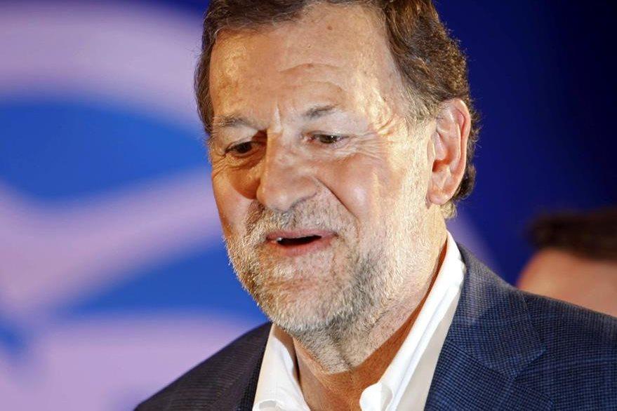 El presidente del Gobierno y candidato a la reelección por el PP, Mariano Rajoy, al inicio del mitin central en Coruña. Rajoy llegó sin gafas tras ser agredido por un joven mientras daba un paseo por Pontevedra. (Foto Prensa Libre: EFE).