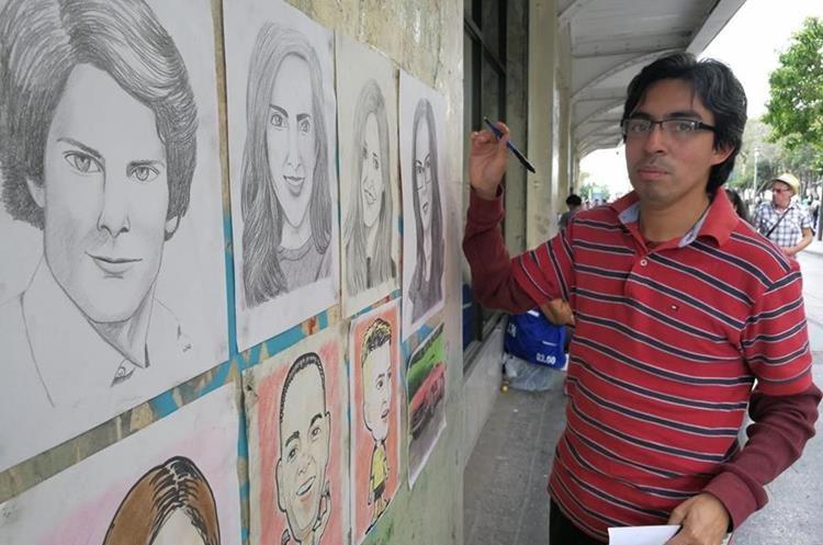 Irrael Miranda muestra parte de su trabajo, en el Paseo de la Sexta, zona 1 de la capital. (Foto Prensa Libre: César Pérez)