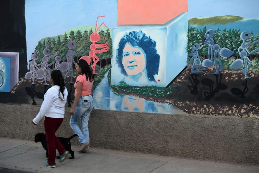 Un graffiti fue colocado en memmoria de la ambientalista indígena Berta Cáceres.(AFP)