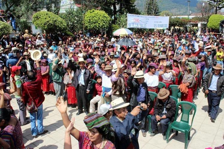 Pobladores de Nebaj levantan la mano —en el parque— para votar que todos los expendios de licores sean cerrados en ese municipio. (Foto Prensa Libre: Óscar Figueroa).