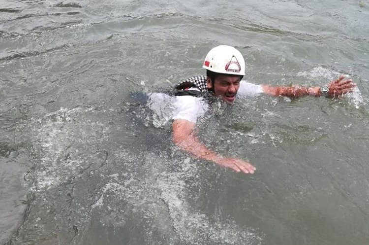 Un bombero voluntario nada en aguas del río Petacalapa, Malacatán, San Marcos, durante la búsqueda del niño Edison Matías. (Foto Prensa Libre: Cortesía Óscar Lima)