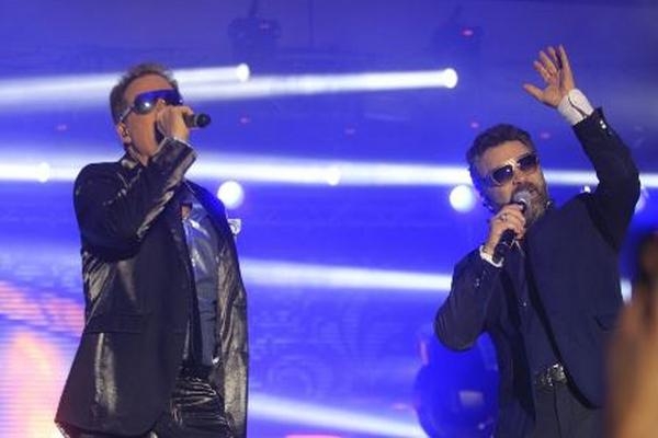 Los artistas compartieron escenario y cantaron a dúo sus grandes éxitos. (Foto Prensa Libre: Edwin Bercián)
