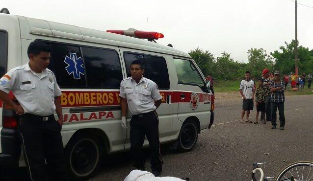 El cadáver del abogado Leonel Orellana es acordonado por las fuerzas de seguridad, en la cabecera de jalapa. (Foto Prensa Libre: Hugo Oliva)