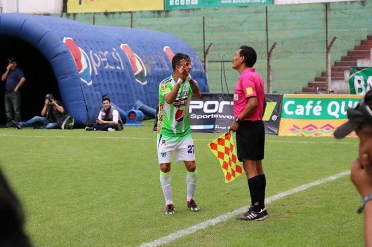 Alejandro Díaz reclama una acción al asistente arbitral.