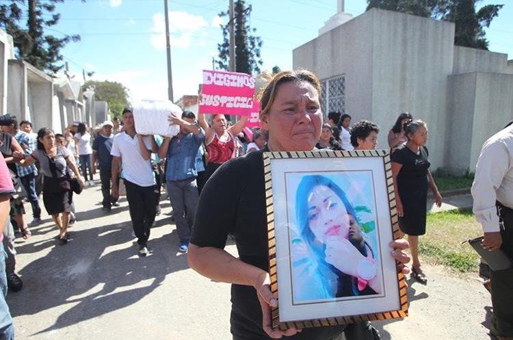 La familia de Siona Hernandez, reclama justicia, mientras llevan al cementerio general el cuerpo de la menor. (Foto Prensa Libre: Erick Avila)