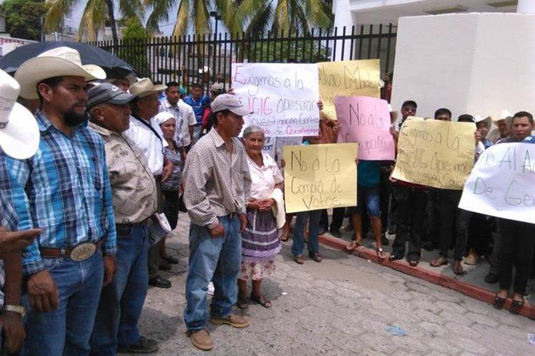 Vecinos se manifiestan contra el alcalde de Quezaltepeque, Chiquimula, Álvaro Morales. (Foto Prensa Libre: Edwin Paxtor)