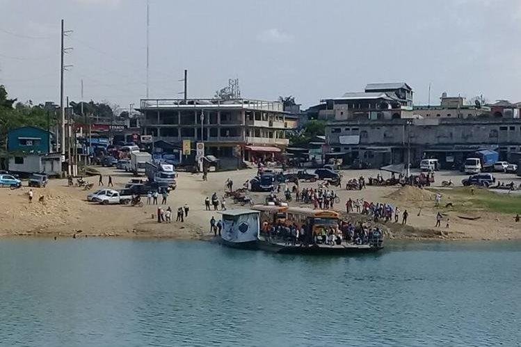 Varios vehículos varados, ya que aficionados del deportivo Sayaxché, tomaron el ferry boat por el lapso de tres horas. (Foto Prensa Libre: Rigoberto Escobar)