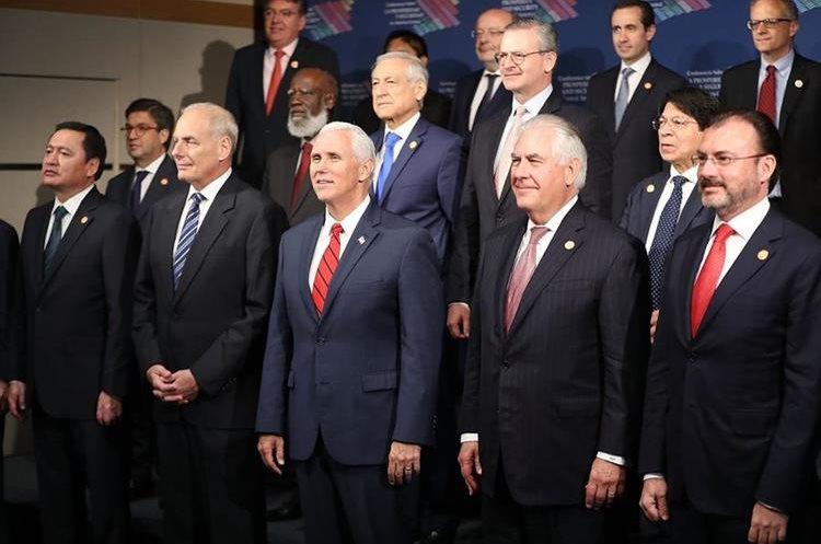 El vicepresidente Mike Pence (C) se encuentra junto a funcionarios durante la foto de los participantes en la cumbre sobre Centroamérica.(AFP).