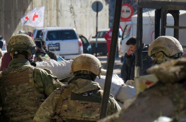 Soldados rusos se reúnen en un sector de Alepo antes de comenzar la evacuación. (AFP).