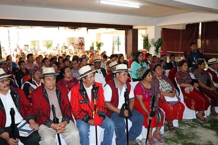 Líderes comunitarios asisten a la inauguración de la Fiscalía de la Mujer, en Nebaj, Quiché. (Foto Prensa Libre: Héctor Cordero)