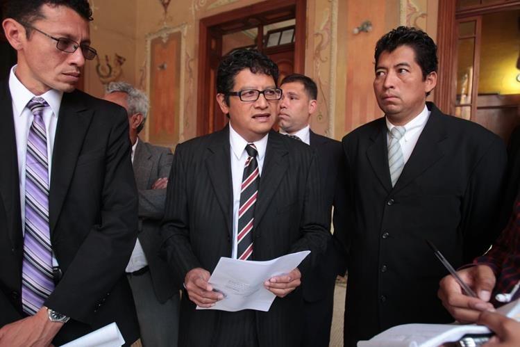 Aníbal García (al centro), secretario general del partido político Movimiento Nueva República, presenta ante el TSE denuncia contra los partidos políticos. Foto Prensa Libre: Paulo Raquec