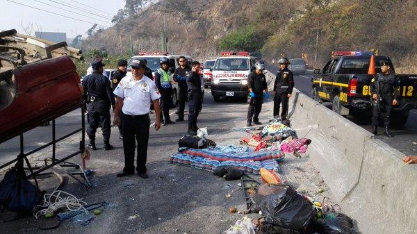 Picop volcado en el kilómetro 23 de la ruta al Pacífico. En el lugar murió una mujer y cinco personas resultaron heridas. (Foto Prensa Libre: BV)