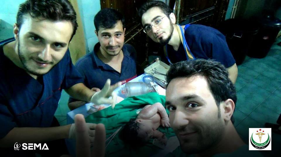 Un grupo de médicos salvan la vida de Amel. (Foto Prensa Libre: Syrian Expatriate Medical Association)
