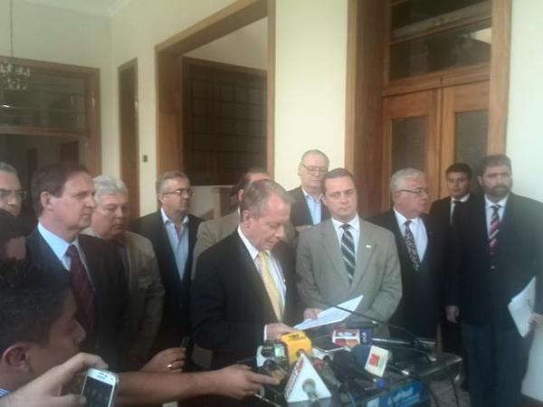 Parte de la Junta Directiva del Cacif ofrece una conferencia de prensa al salir de la reuníon con el presidente Pérez Molina en Casa Presidencial. (Foto Prensa Libre: G. Ramírez)