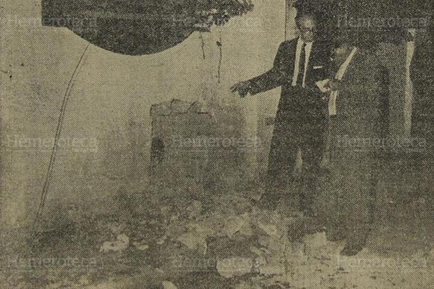 12/03/1962. Don Isidoro dando declaraciones al redactor de Prensa Libre, Benjamñin Paniagua, sobre el atentado de que fue víctima. (Foto: Hemeroteca PL).
