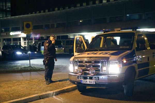 Varios  policías vigilan cerca del lugar del suceso en Gotemburgo,Suecia. (Foto Prensa Libre:EFE)