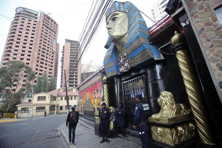 Vista del club nocturno que la Fiscalía de Bolivia investiga por trata de personas. (Foto Prensa Libre: EFE).