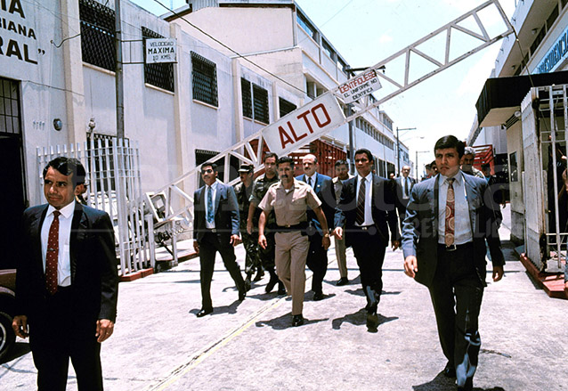 Serrano salió por la puerta trasera. El 1 de junio de 1993 huye a Panamá y desde entonces reside como asilado político permanente en ese país. (Foto: Hemeroteca PL)