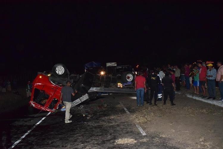 Agentes de la Policía Nacional Civil revisan el lugar del accidente ante los ojos de varios curiosos. (Foto Prensa Libre: Carlos Paredes)
