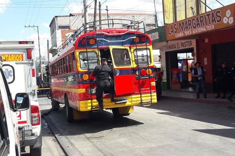 El ataque armado que le causó la muerte a dos hombres ocurrió en un autobús que cubre la ruta entre Tecpán Guatemala y Guatemala. (Foto Prensa Libre: Víctor Chamalé)