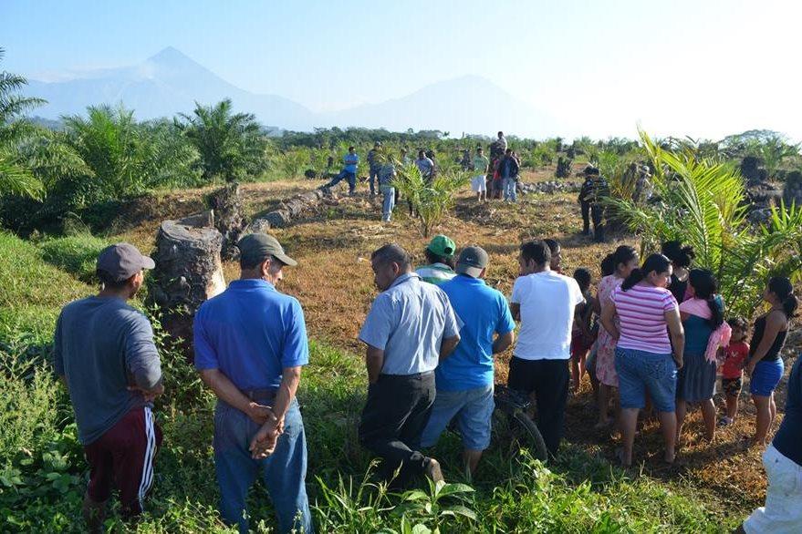 El cadáver de Mynor Wilfredo Guinac fue hallado en una plantación en San Sebastián. (Foto Prensa Libre: Jorge Tizol)