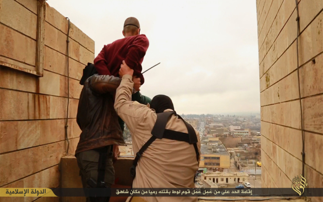 En enero último el EI lanzó al vacío a otros dos homosexuales en Mosul, Irak. (Foto Prensa Libre: Internet).