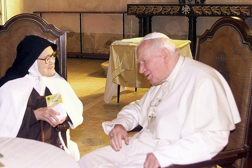 Lucía, la última vidente de Fátima, y el papa Juan Pablo II, en 1995. (Foto: Hemeroteca PL)