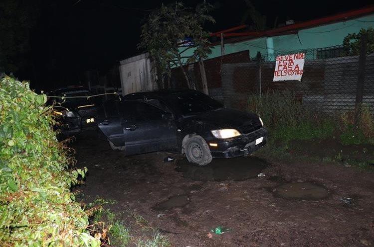 Automóvil en el que se conducían los presuntos atacantes, en el que fueron localizadas tres armas de fuego. (Foto Prensa Libre:)