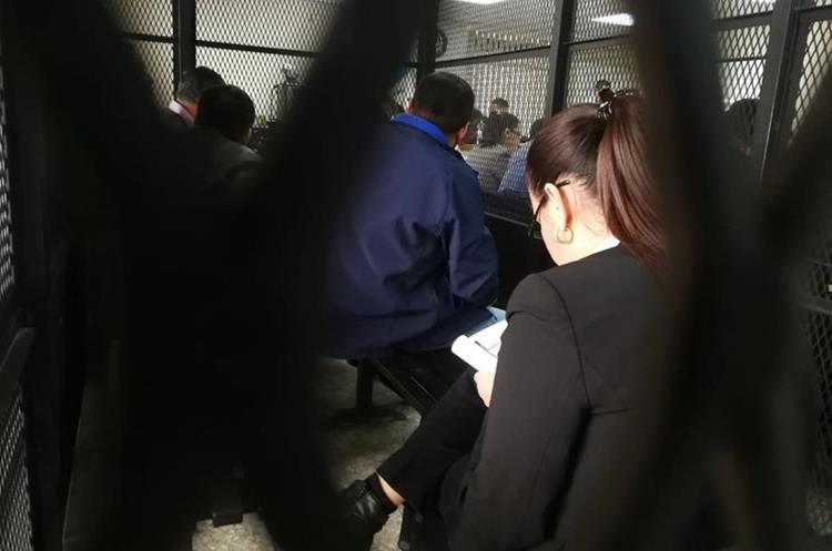 Roxana Baldetti en la carceleta de Tribunales se oculta de las cámaras de la prensa. (Foto Prensa Libre: Juan Diego González)