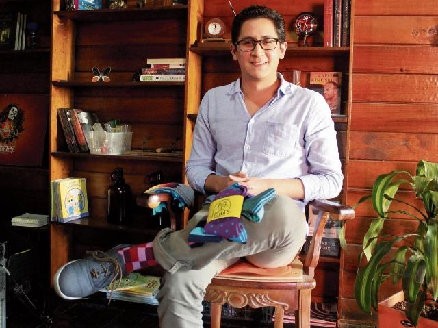 Francisco Galindo, junto a su socio, diseñaron un producto para quienes desean distinguirse.(Foto Prensa Libre: Sandra Vi)