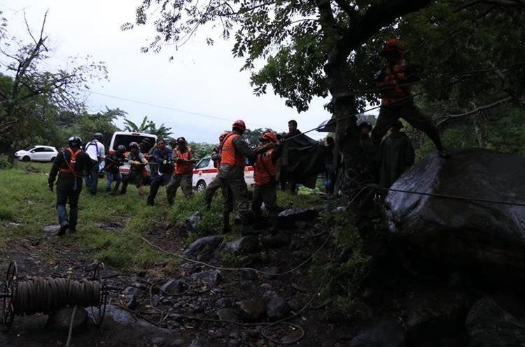 Socorristas durante las tareas de rescate de un grupo de turistas que ascendió la montaña Tres Picachos, (Foto Prensa Libre: Carlos Paredes)