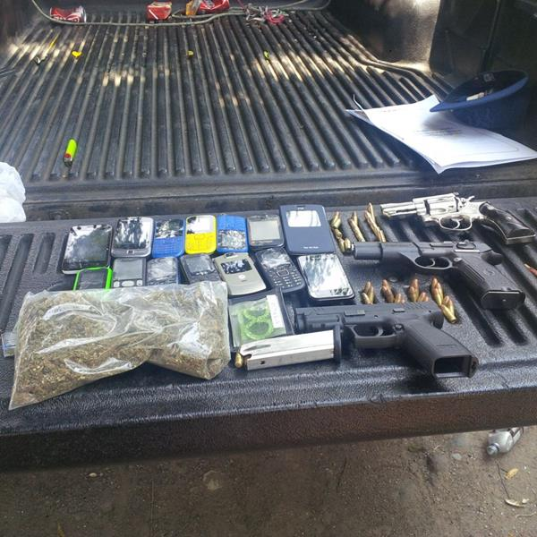 A los detenidos se les decomisó armas ( Foto Prensa Libre: PNC)