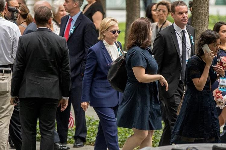 La candidata demócrata Hillary Clinton se retira de ceremonia del S-11 por malestares. (Foto Prensa Libre: AFP)