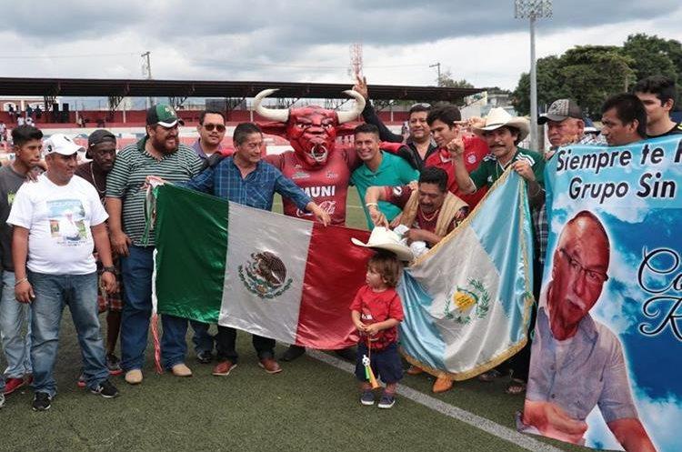 El grupo Sin Fronteras se encuentra integrado por guatemaltecos y mexicanos. (Foto Prensa Libre: Raúl Juárez)