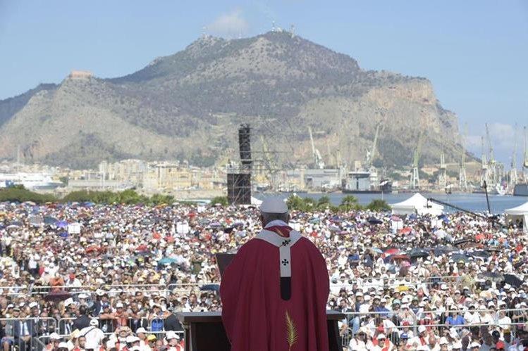 El Papa rinde un homenaje a Don Pino Puglisi, el sacerdote asesinado por la mafia el 15 de septiembre de 1993. (Foto Prensa Libre: EFE)