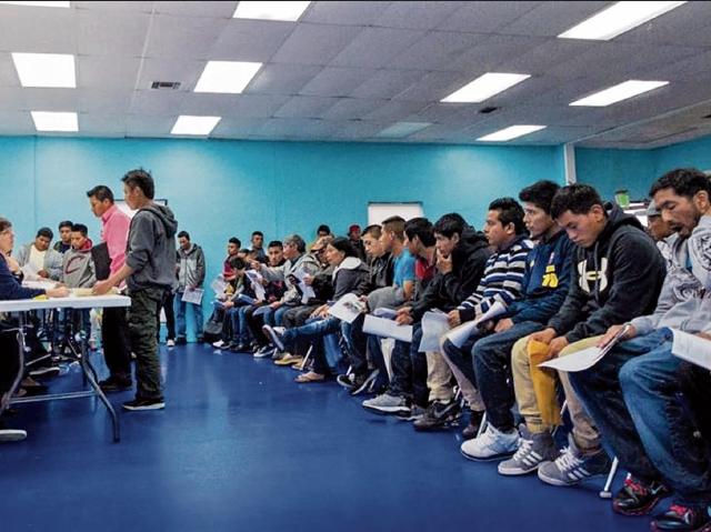 Guatemaltecos en el extranjero llegan al consulado móvil, en Miami, Florida, a solicitar DPI. (Foto Prensa Libre: Cortesía)