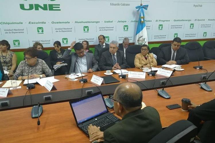 Autoridades de varias instituciones son citadas a la UNE por el caso de los lobistas contratados por Mérida (Foto Prensa Libre: Jessica Gramajo)
