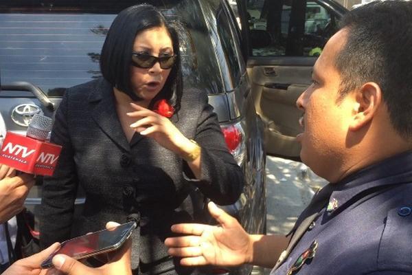 La diputada de la bancada Líder Delia Back discute con el intendende de tránsito Amilcar Montejo. (Foto Prensa Libre: PMT)