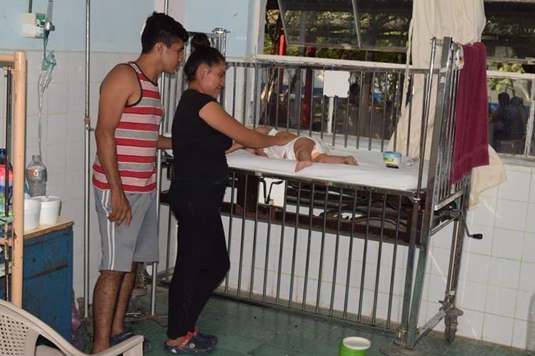 Mauricio Alfredo Valdés y su esposa Juana Teresa Ramos, junto con al pequeño Mauricio André Valdés, cuando estaba internado en el hospital de Zacapa. (Foto Prensa Libre: Mario Morales)