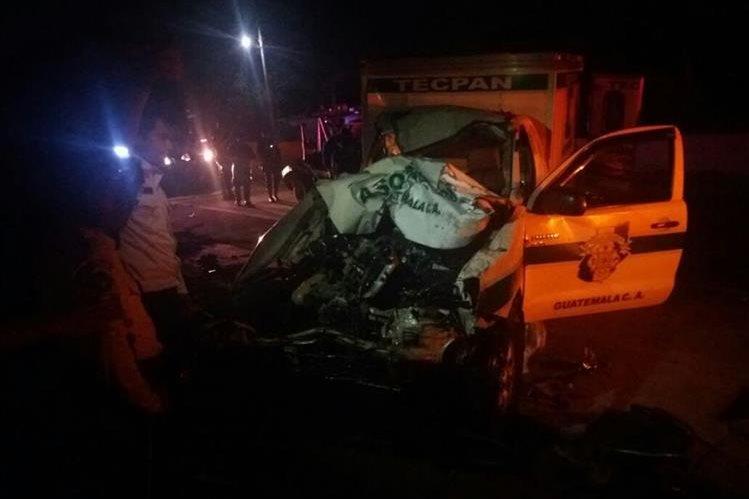 Ambulancia de los Bomberos Municipales Departamentales que chocó en el kilómetro 62.5 de la ruta Interamericana. (Foto Prensa Libre: Víctor Chamalé)