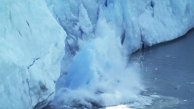 Las capas de hielo de la Tierra y los glaciares conservan 68% del agua dulce en el planeta, pero los científicos creen que el cambio climático inducido por el ser humano es responsable de su rápido derretimiento. GETTY IMAGES