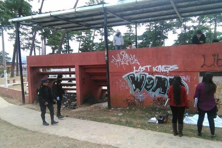 Uno de los hechos de violencia fue en los campos de la colonia Amparo. Una persona murió de varios balazos. (Foto Prensa Libre: Estuardo Paredes)