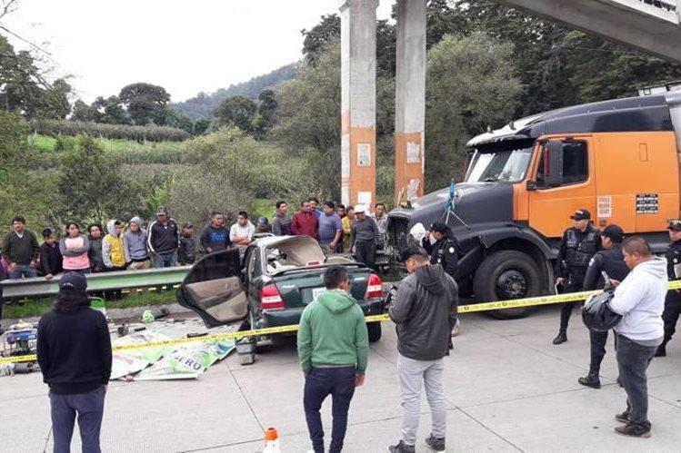 El accidente ocurrió en el km 88 de la ruta Interamericana, en el ingreso a Tecpán Guatemala, Chimaltenango. (Foto Prensa Libre: Cortesía Víctor Chamalé)
