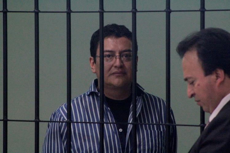 El sindicado Harold López junto a su abogado defensor Eddy Herrera. (Foto Prensa Libre: María Longo)