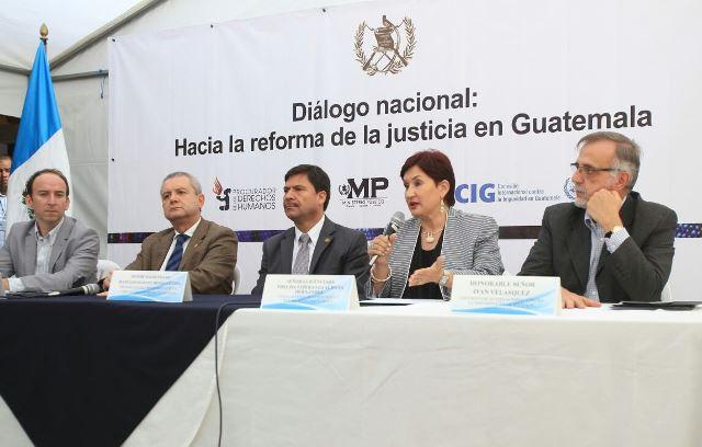Aldana toma la palabra durante la actividad desarrollada en Quetzaltenango. (Foto Prensa Libre: Esbin García)