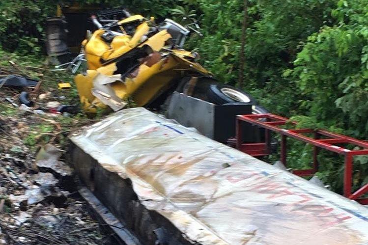 Automotor accidentado en Lívingston, Izabal. (Foto Prensa Libre: Dony Stewart).