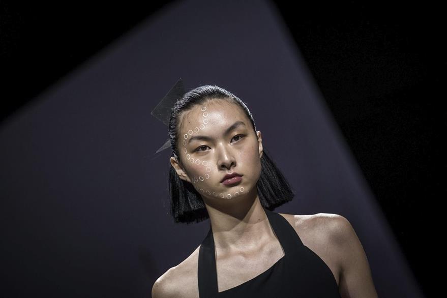 A muchas de las modelos se les ha prohibido sonreir mientras se pasean en las pasarelas. (Foto Prensa Libre: EFE)