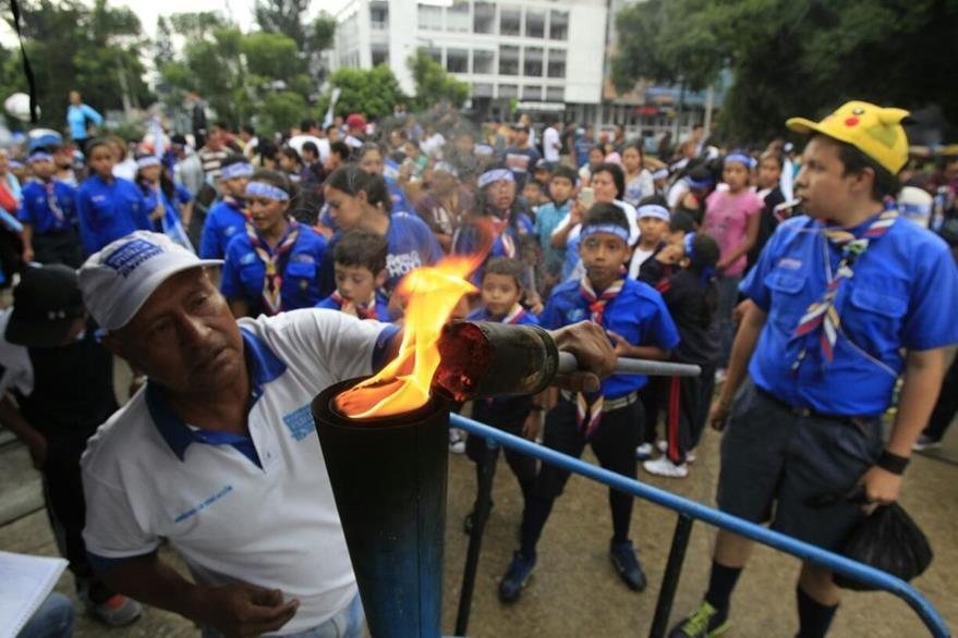 Boy scouts participan en el encendido del fuego patrio en El Obelisco. (Foto Prensa Libre: Estuardo Paredes)