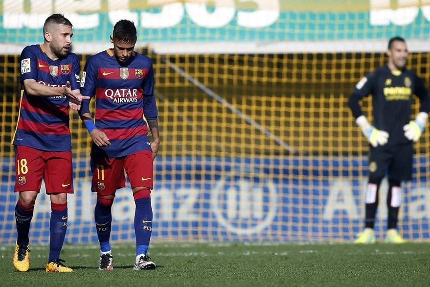 El delantero brasileño del FC Barcelona Neymar Jr. (d) conversa con su compañero, el defensa Jordi Alba (i). (Foto Prensa Libre: EFE)
