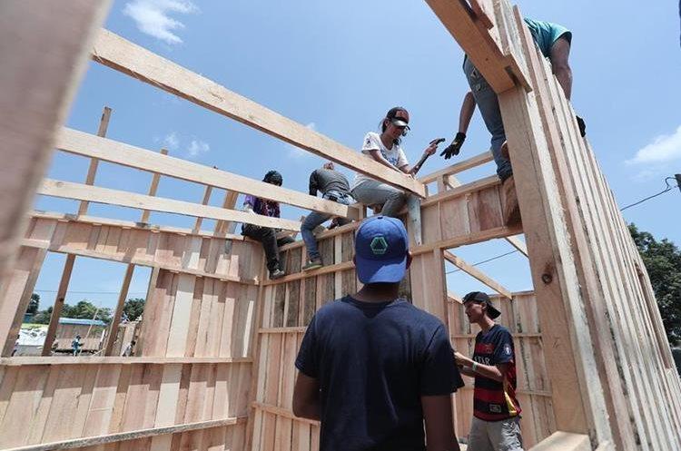 Techo Guatemala construye casas provisionales para las familias damnificadas. (Foto Prensa Libre: Hemeroteca PL)